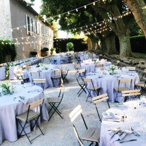 Repas de mariage dans l'allée des platanes du château Sainte Roseline